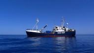 Das Seenotrettungsschiff Alan Kurdi im Mittelmeer mit Kurs auf Libyen
