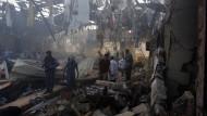 Nach dem verheerenden Angriff in Jemen: Helfer bergen die Opfer der bombardierten Trauerfeier in Sanaa.