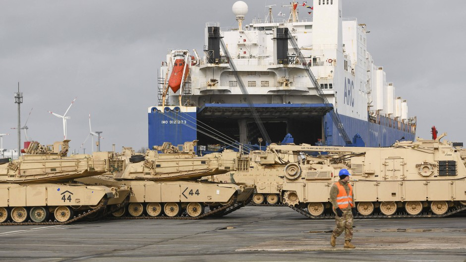 """Ketten- und Radfahrzeuge der amerikanischen Armee werden im Rahmen Großübung """"Defender Europe 20""""» in Bremerhaven ausgeladen."""