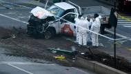 Der Pickup-Truck des mutmaßlichen Attentäters von New York wird von einem Team der Spurensicherung in New York untersucht.