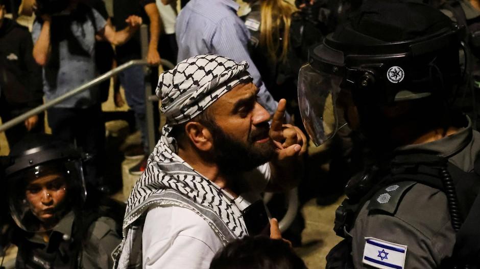 Ein Palästinenser und ein israelischer Polizist am 9. Mai in Jerusalem