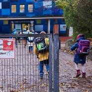 Vorerst keine neuen Beschränkungen für Schulen geplant: Eingang einer Schule in Berlin-Friedrichshain