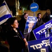 Nach der Ankündigung des Generalstaatsanwalts versammelten sich Anhänger Netanjahus vor dessen Residenz.
