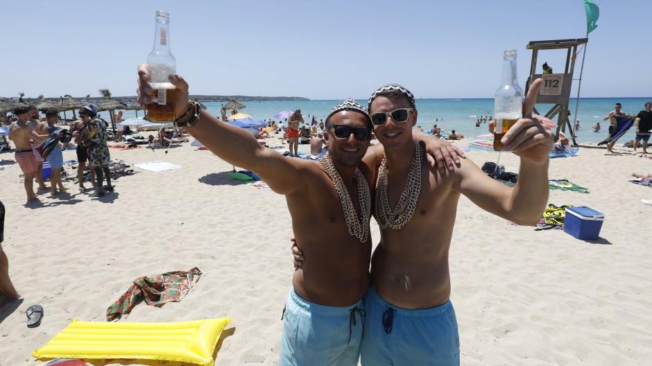 In Partylaune: Deutsche Urlauber feiern am Strand von Arenal.