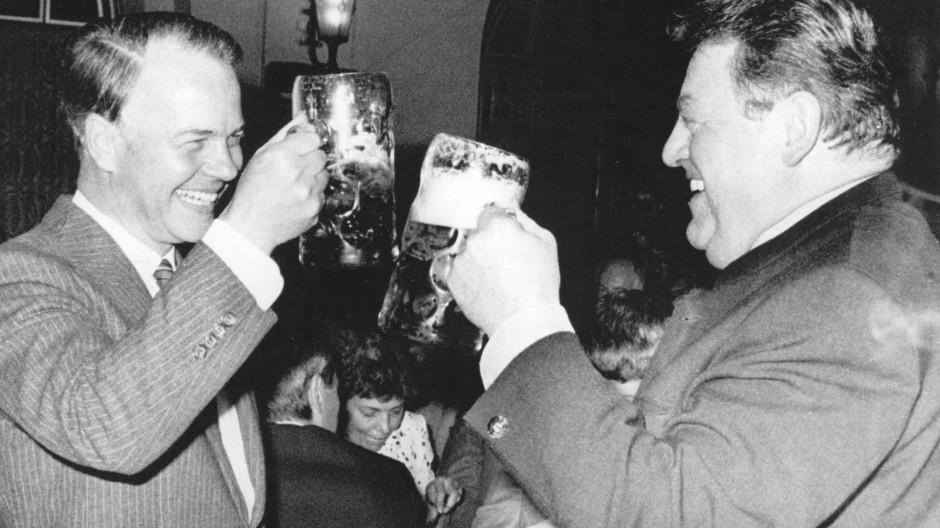 Die Rivalen Ernst Albrecht (links) und Franz Josef Strauß prosten sich in München zu Beginn des Bundestagswahlkampfes 1980 zu
