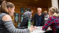 Auf dem Boden der Schulwirklichkeit: Die baden-württembergische Kultusministerin Susanne Eisenmann (CDU) während eines Besuchs in der Gemeinschaftsschule und Realschule Althengstett