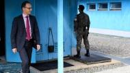 Bundesaußenminister Heiko Maas besichtigt eine der blauen Baracken in der demilitarisierten Zone zwischen Nord- und Südkorea.