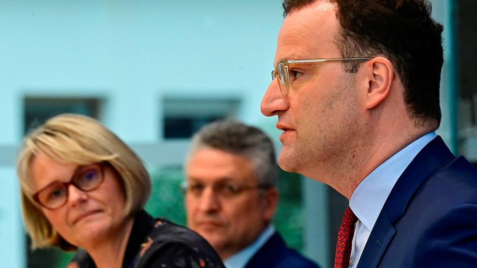Informieren über die Lage: Jens Spahn (rechts), Anja Karliczek und Lothar Wieler