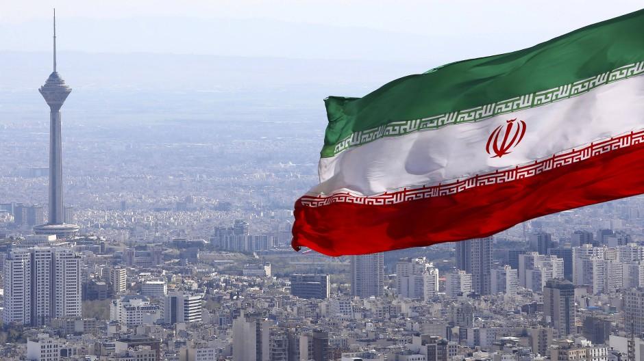Die Flagge Irans weht über Tehran, der Hauptstadt des Landes.
