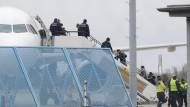 Abgelehnte Asylbewerber steigen am Baden-Airport in Rheinmünster in ein Flugzeug (Archivbild).