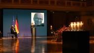 Bewegende Gedenkfeier: Bundespräsident Steinmeier hört Anita Schedel aus Passau zu, deren Mann Hannes Schedel an Covid-19 starb.