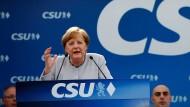 Bundeskanzlerin Angela Merkel spricht im Bierzelt der CSU in München-Trudering.