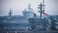 """Gemeinsames Manöver: Die Flugzeugträger USS """"Carl Vinson"""" (vorne) und USS """"Ronald Reagan"""" (hinten) zusammen mit einem japanischen Kriegsschiff am 1. Juni."""