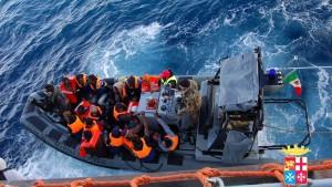 Italienische Marine rettet zweihundert Bootsflüchtlinge