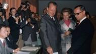 SPD-Spitzenkandidat Willy Brandt und seine Frau Rut geben am 28. September 1969 in Bonn ihre Stimmen zur Bundestagswahl ab.