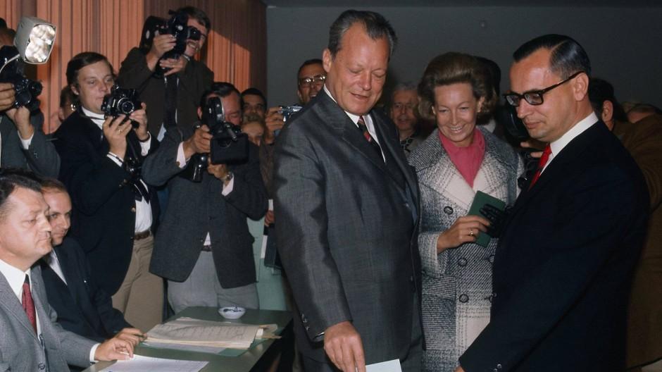 Auf dem Weg ins Kanzleramt: SPD-Spitzenkandidat Willy Brandt und seine Frau Rut geben am 28. September 1969 in Bonn ihre Stimmen zur Bundestagswahl ab.