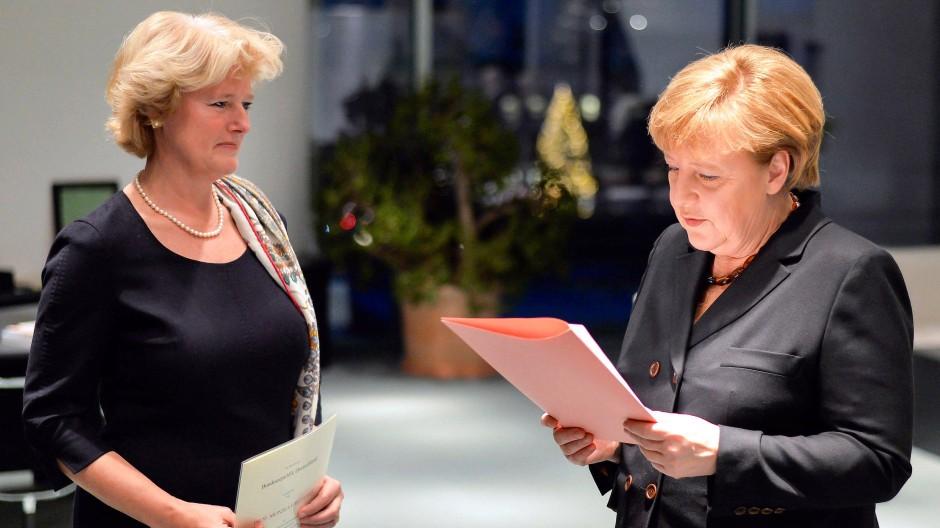 Schon lange im Zentrum der Macht: Kulturstaatsministerin Monika Grütters und die Kanzlerin 2013