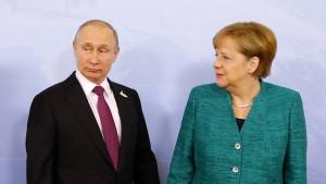 Merkel und Putin dringen auf friedliche Lösung