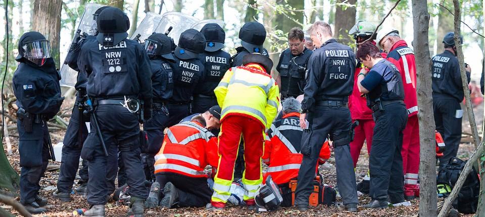 Notarzteinsatz am Unfallort im Hambacher Forst