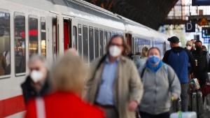 Regierung prüft 3-G-Regeln für Reisende in Bahn und Flugzeug