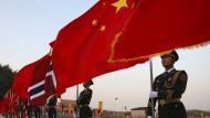 Militärische Fahnenträger bereiten sich Mitte Oktober vor der Großen Halle des Volkes in Peking auf die Begrüßungszeremonie für den norwegischen König Harald vor.