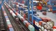 Pekings Güter rollen quer durch Eurasien: Container des trimodalen Containerterminals stehen im Duisburger Hafen neben einem Zug aus China.