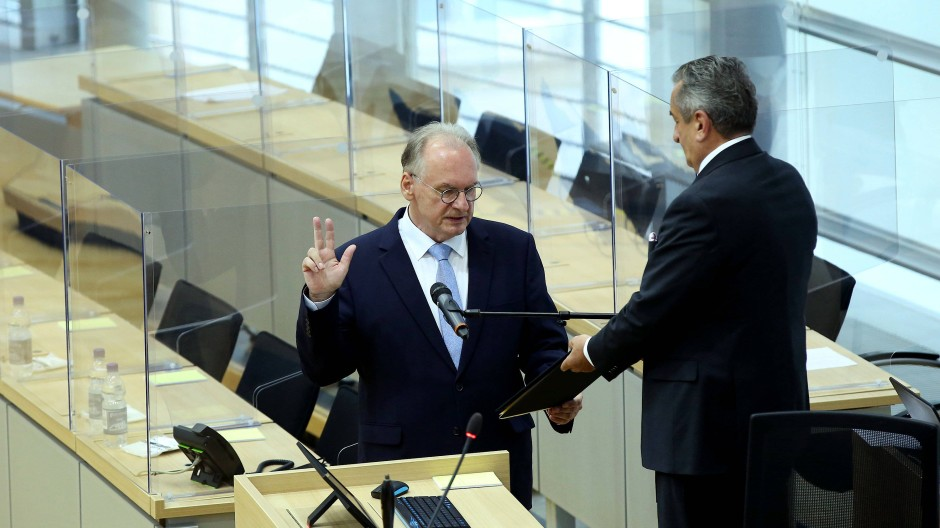 Wiedergewählt im zweiten Anlauf: Sachsen-Anhalts Ministerpräsident Reiner Haseloff (links) bei der Vereidigung