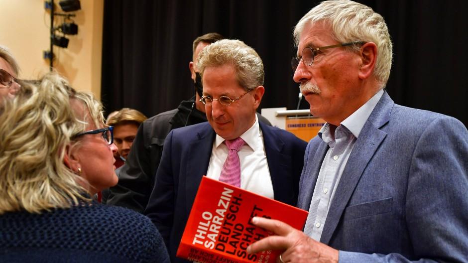 Unterstützung von rechts: Hans-Georg Maaßen (Mitte) vergangene Woche auf einer Wahlkampfveranstaltung mit dem Publizisten Thilo Sarrazin.