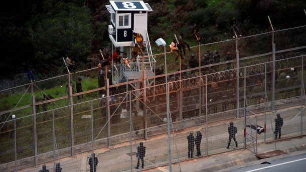 Hunderte Flüchtlinge stürmen spanische Enklave Ceuta