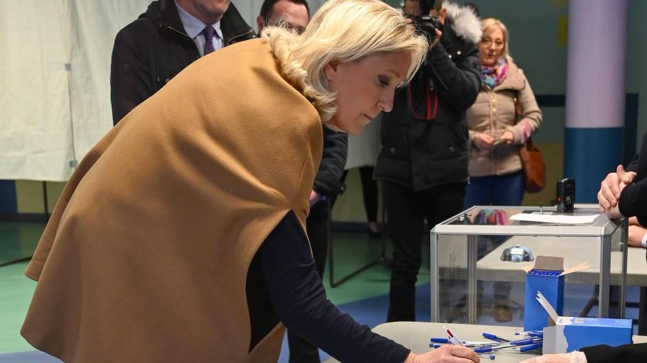 Marine Le Pen bei der Kommunalwahl am 15. März im Wahllokal