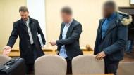 Der Verteidiger zeigt den Angeklagten im Raser-Prozess ihre Plätze im Gerichtssaal. Wenig später wurden sie zu Bewährungsstrafen verurteilt.