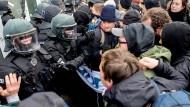 Oktober 2018: Polizisten drängen mehrere Demonstranten gegen den Landesparteitag der AfD Niedersachsen in Oldenburg ab (Symbolbild)