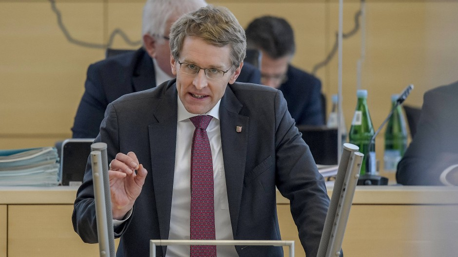 Begründet seinen Öffnungsplan: Ministerpräsident Daniel Günther (CDU) im Kieler Landtag