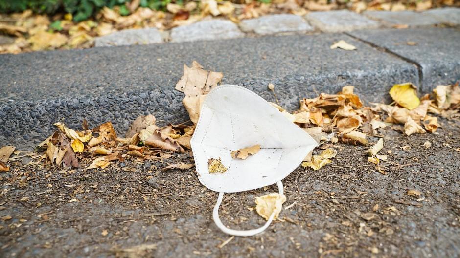 Besser tragen als fallen lassen, auch wenn der Corona-Blues im Herbst droht: Die Maske bleibt unser Begleiter.
