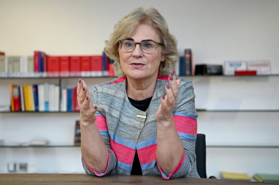 Die Autorin, Christine Lambrecht, MdB (SPD), ist Bundesministerin der Justiz und für Verbraucherschutz.