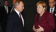 Will er diese Kanzlerin loswerden?: Russlands Präsident Putin und Bundeskanzlerin Merkel bei ihrem letzten Treffen am 20. Oktober in Berlin.