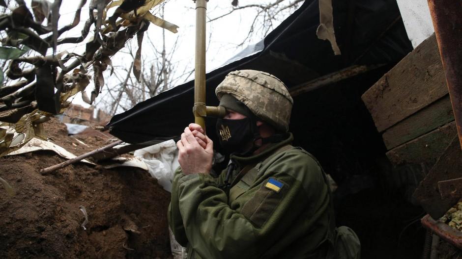 Ein ukrainischer Soldat beobachtet am 12. April in der Nähe der Stadt Marinka im Donbass die Frontlinie