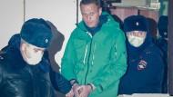 Der Oppositionspolitiker Alexej Nawalnyj wird abgeführt, nachdem er am 18. Januar zu 30 Tagen Haft verurteilt worden ist.