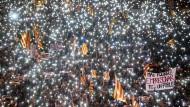 Ein Lichtermeer für die Festgenommenen: Hunderttausende demonstrieren am Samstag in Barcelona für die Freilassung katalanischer Politiker