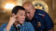 Der philippinische Präsident Rodrigo Duterte im Gespräch mit seinem Polizeichef Ronald dela Rosa