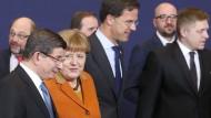 Der Gipfel kann beginnen: Im Vordergrund Bundeskanzlerin Merkel mit dem türkischen Ministerpräsidenten Davutoglu