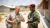 Bundeswehroffizier Tobi im Gespräch mit einem seiner Schüler.