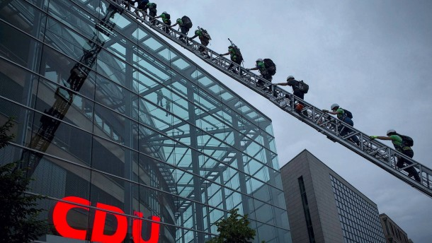 Greenpeace verhüllt CDU-Zentrale