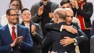 Amtswechsel in Malta: Der designierte neue Premierminister und Vorsitzende der Labourparty, Robert Abela (li.), applaudiert seinem Vorgänger Robert Muscat (mit dem Rücken zur Kamera), der von seinem Parteifreund Chris Fearne umarmt wird.