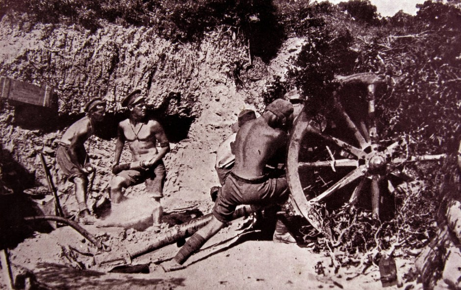 Australische Artilleristen bei Kämpfen nach der Invasion auf der türkischen Halbinsel Gallipoli (1915/16).