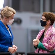 Zwei Ministerinnen im Gespräch: Franziska Giffey (SPD, links) und Annegret Kramp-Karrenbauer (CDU) Mitte November bei der wöchentlichen Kabinettssitzung