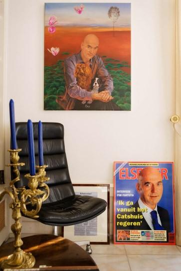 In der Villa des ermordeten Pim Fortuyn in Rotterdam hängt ein Gemälde des Populisten, unten eineTitelseite des Magazins Elsevier mit dem Abbild Fortuyns.