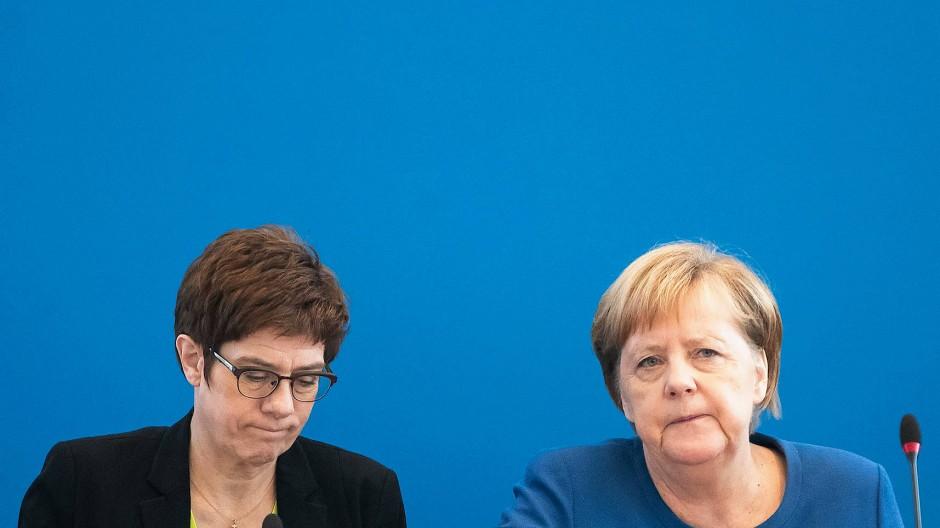 Die CDU-Vorsitzende Annegret Kramp-Karrenbauer und Bundeskanzlerin Angela Merkel beim CDU-Vorstand am 11. November
