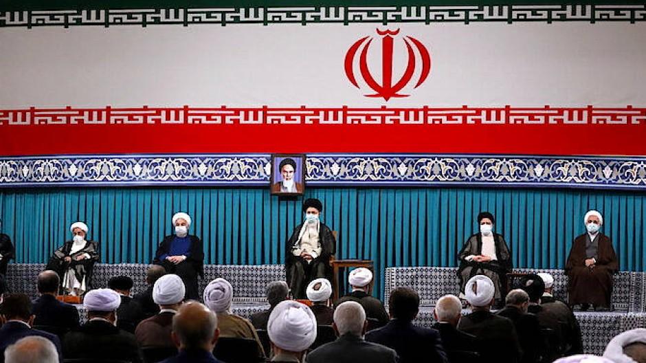 Revolutionsführer Chamenei leitet die Amtseinführung des neuen Präsidenten Ebrahim Raisi.