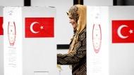 Auch Türken im Ausland können sich am Referendum beteiligen. Unser Bild zeigt ein Abstimmungslokal in Deventer, Holland.